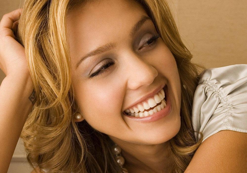 Le maquillage la personne avec les taches de rousseur de vidéo