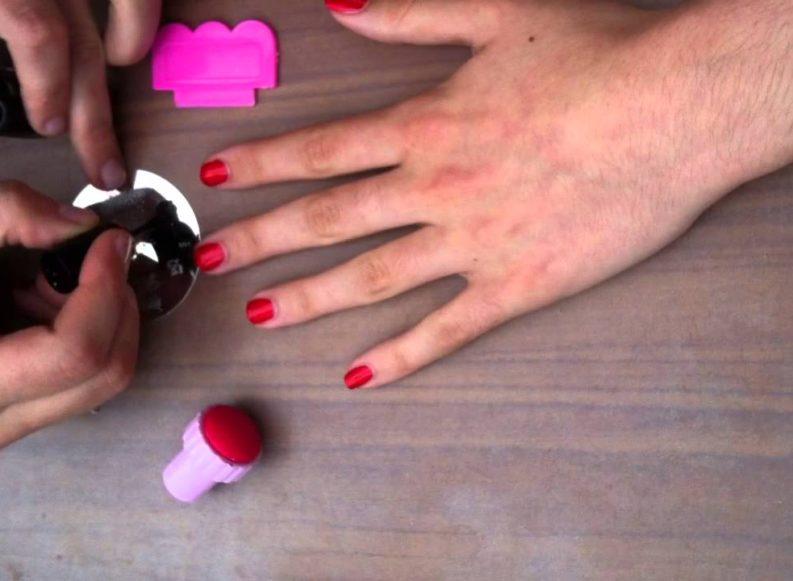 Opter pour le vernis au tampon pour mieux habiller les doigts